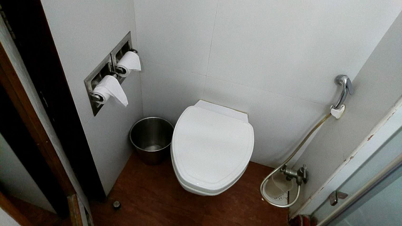 中級ホテルのトイレ